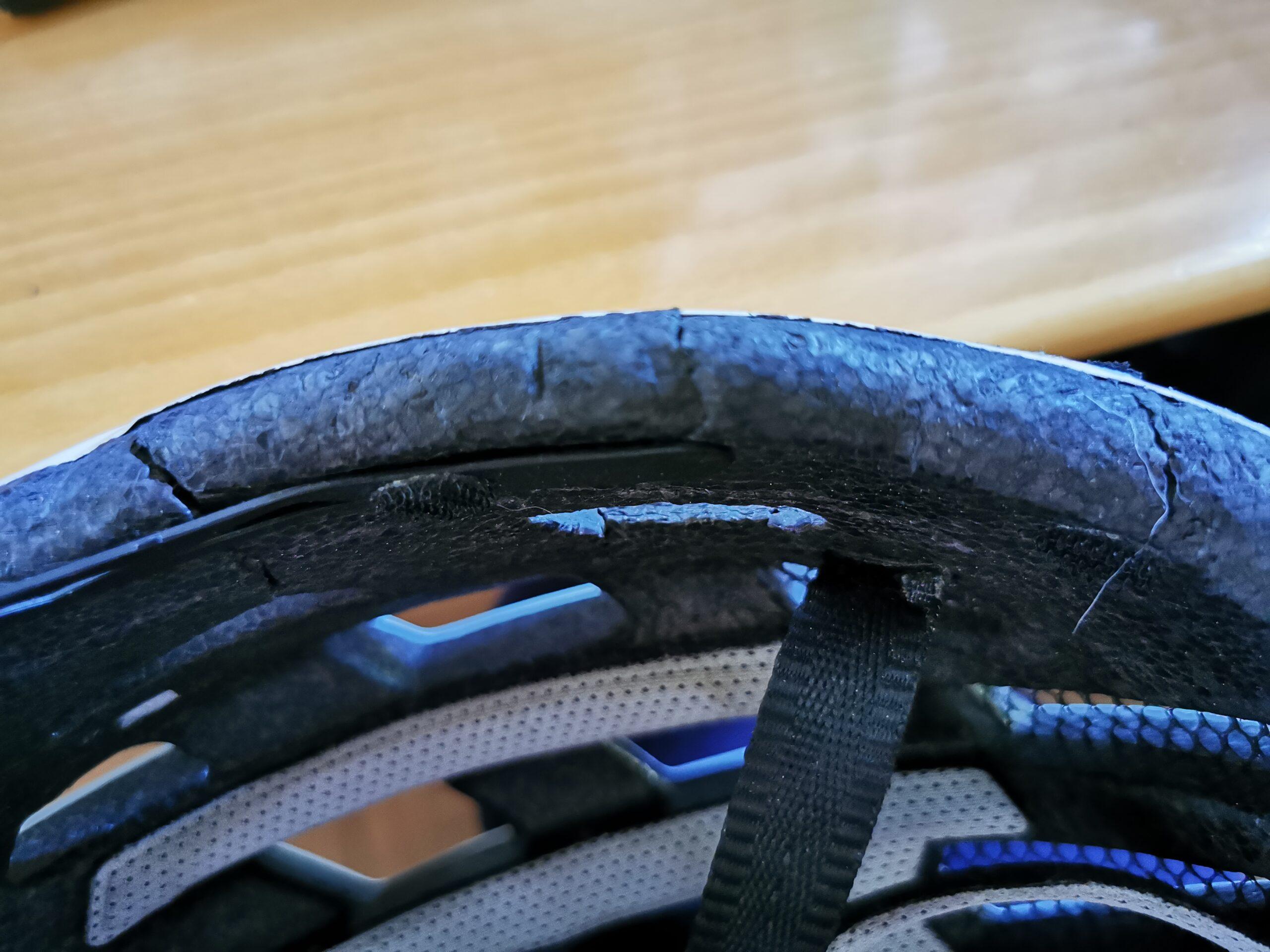 Der gebrochene Helm von oben